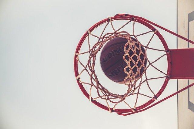 jaki kosz i tablicę do koszykówki wybrać dla dziecka?